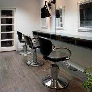 Salon de coiffure - Sièges, miroirs, comptoir