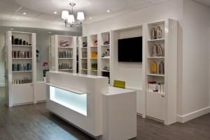 Salon de coiffure - Réception, étagères de produits, caisse