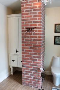 Salle de bain champêtre - Armoire, colonne de brique