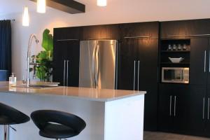 Cuisine contemporaine - Armoires et réfrigérateur