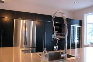 Cuisine contemporaine - comptoir, évier et robinet