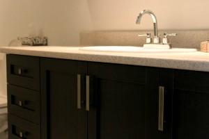 Vanité, robinet, armoires noires shaker